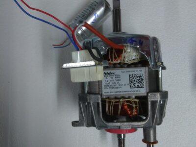 Moteur + condensateur 12512090/4 124002033 Electrolux